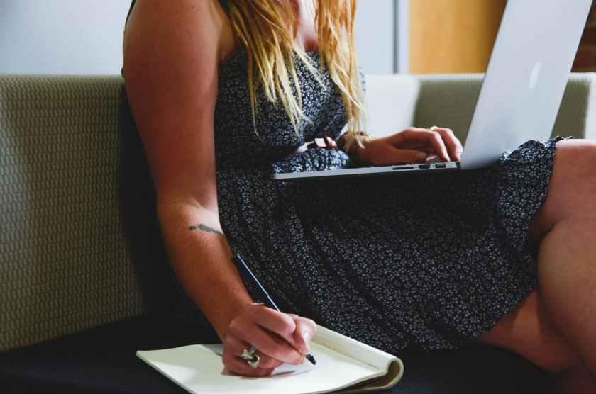 Femme qui écrit une chronique littéraire