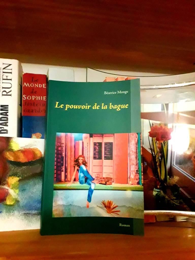 Le pouvoir de la bague sur une étagère dans une bibliothèque.