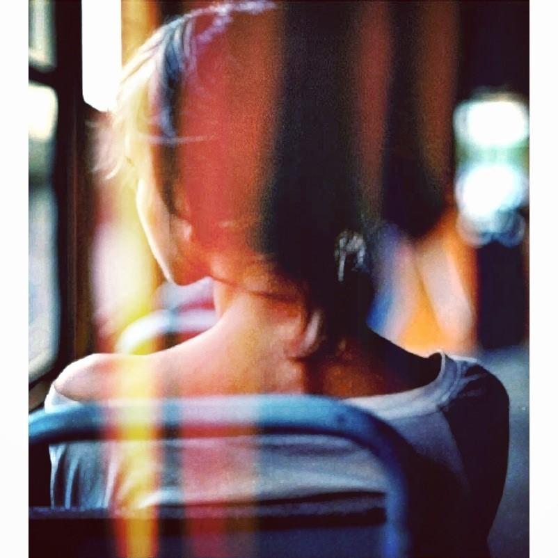 Dos de Julia, assise dans un bus dans Le pouvoir de la bague