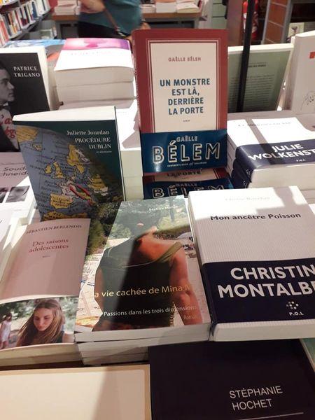 Le roman La vie cachée de Mina M posé au milieu des livres la librairie Sauramps.