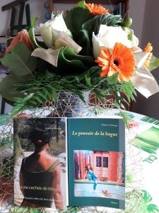 Deux romans le pouvoir de la bague et la vie cachée de Mina M avec bouquet de fleurs